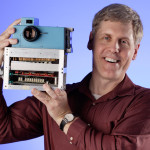 Steven Sasson hält den Original-Kameraprototypen (Foto: Steven Kelly/Kodak)